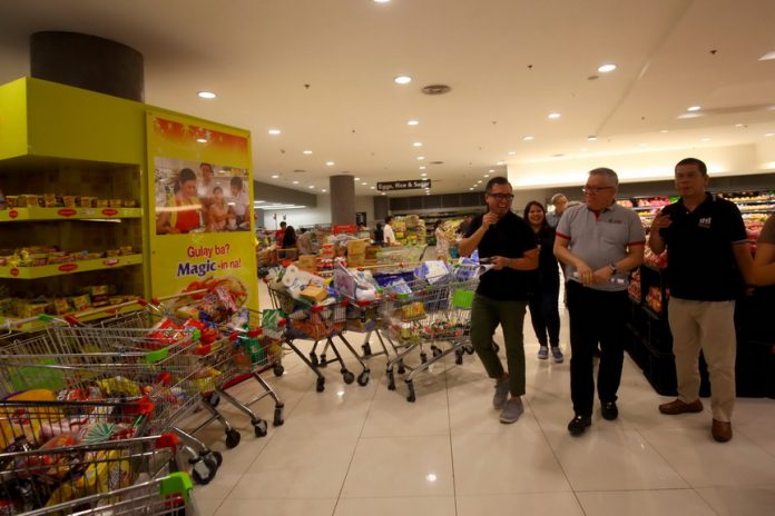 NO DRASTIC RISE. Secretary Ramon Lopez (2nd from right) of Department of Trade and Industry (DTI) conducts a special price monitoring in two groceries in Davao City grocery on Friday to continue monitoring prices movement of basic commodities. LEAN DAVAL JR.
