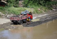 NATURAL RESOURCE. Workers load sand extracted from the riverbed of Davao River onto a vehicle before it will be delivered to establishments selling sand and gravel. LEAN DAVAL JR