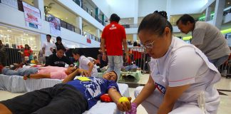 MANDATORY. A volunteer checks a blood donor during a bloodletting activity in time for the celebration of Valentine's Day at the activity center of Abreeza mall on Wednesday. LEAN DAVAL JR