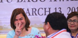 PEACE SIGN. Davao City Mayor Sara Duterte-Carpio flashes a peace sign to Datu Bago awardee Aland David Mizell after she jokingly called him a member of the Central Intelligence Agency (CIA) in her speech during the 48th Conferment of Datu Bago Awards 2018 at The Royal Mandaya Hotel on Tuesday. LEAN DAVAL JR