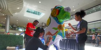 JOINT EFFORT. Local artists from Davao City make a lion shaped figure as their canvas for their artwork during SM City Davao's Art Safari: A Visual Art Competition held at the mall's activity center on Wednesday. LEAN DAVAL JR