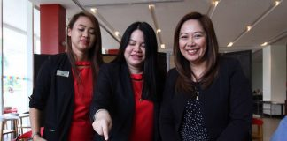 CHANGE AT PARK INN. New Park Inn by Radisson Davao general manager Emelyn Mauhay-Rosales (right), Grazielle Izza Cadiente (left) and Patty Basa, incoming and outgoing marketing and communications manager respectively, do the ceremonial slicing of the pavlova during a media gathering at the hotel's RBG resto on Tuesday. LEAN DAVAL JR