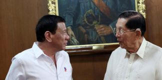 SWAPPING NOTES. President Rodrigo Duterte discusses matters with Former Senator Juan Ponce Enrile during their meeting at Malacañan Palace on Wednesday night. RICHARD MADELO/Presidential Photo