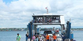 BEACH. Excursionists disembark at Babak District in Samal Island, Davao del Norte on Good Friday, April 14, 2017. The island is a top destination in the region during the Holy Week. MINDANEWS PHOTO