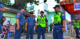 FIRM GRIP. Davao City Police Office director Senior Superintendent Alexander Tagum (right) talks to police officers assigned at the Roman Catholic cemetery as he personally checks deployed personnel and security measures being implemented in various cemeteries around the city during the observance of All Souls' Day on Thursday. LEAN DAVAL JR.