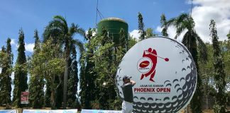 Phoenix Petroleum Philippines president and CEO Dennis Uy hits the ceremonial ball of the Phoenix PULSE golf tournament's Davao leg last March