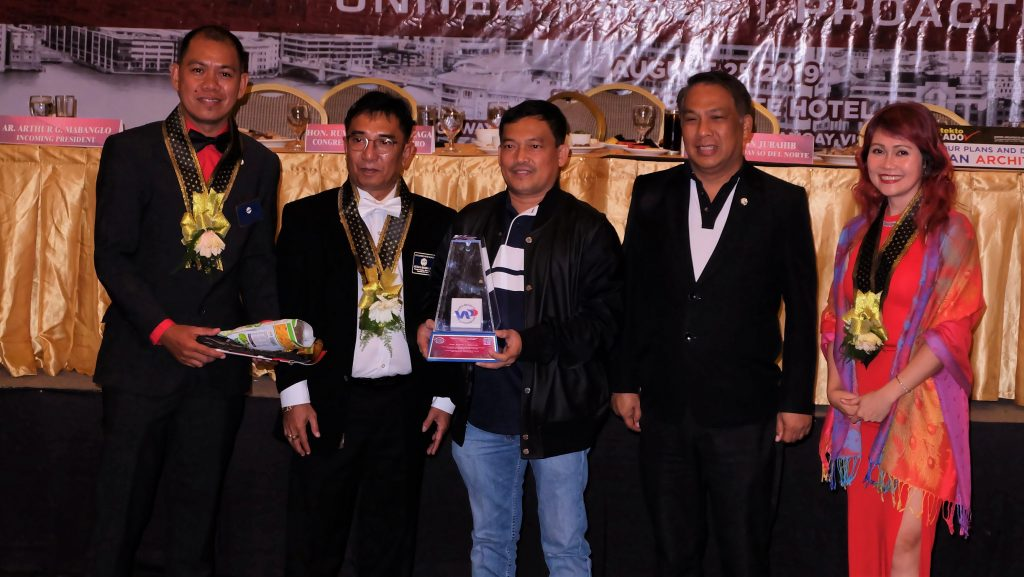 Governor Edwin Jubahib receives the token of appreciation from UAP President Ar. Benjamin Panganiban, UAP District D-1 Director Ar. Charleen Libron-Alquiza, new UAP-North Davao Chapter President Ar. Arthur Mabanglo. nobags